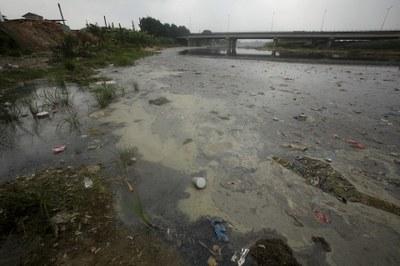 Hình minh hoạ. Rác nổi trên sông Ngũ Huyện ở một khu công nghiệp tại tỉnh Bắc Ninh hôm 2/12/2015