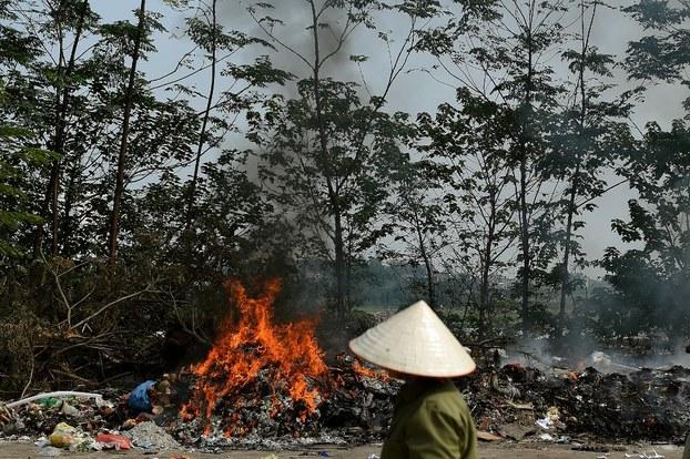 Đốt rác vùng ven thành phố Hà Nội.