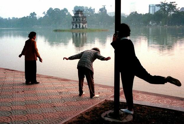 Ảnh minh họa. Người dân tập thể dục buổi sáng quanh khu vực Hồ Hoàn Kiếm. Hình chụp tháng 11/2000.