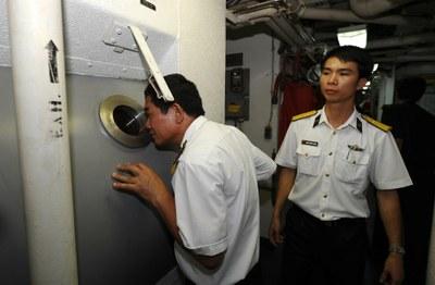 Hai sĩ quan hải quân Việt Nam trên tàu cứu hộ và cứu hộ USNS trong một cuộc huấn luyện tại cảng Tiến Sa, Đà Nẵng vào ngày 25 tháng 4 năm 2012.