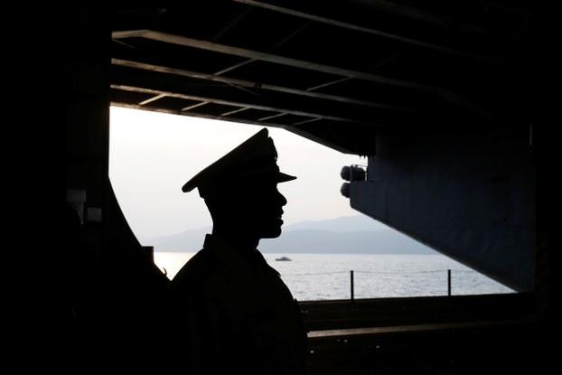 Một lính hải quân trên tàu USS Carl Vinson cập cảng Đà Nẵng hôm 5/3/2018.