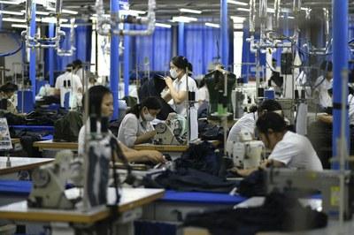 Ảnh minh họa. Hình chụp hôm 24/5/2019 tại một nhà máy may mặc ở Hà Nội.