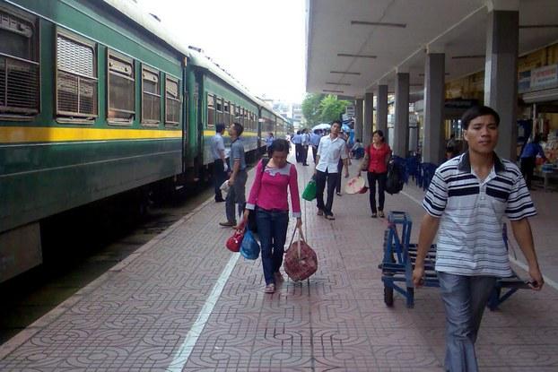 Bên trong một ga xe lửa ở Việt Nam