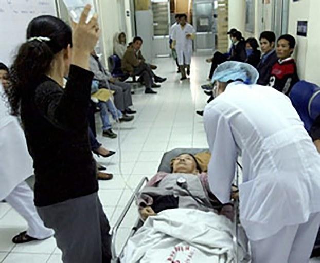Ảnh minh họa: Một bệnh nhân được đưa vào phòng cấp cứu ở một bệnh viện công.