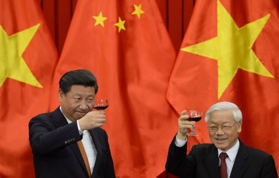 Hình minh họa. Chủ tịch Trung Quốc Tập Cận Bình và Tổng Bí thư Nguyễn Phú Trọng nâng cốc tại lễ ký một loạt các thỏa thuận song phương ở Hà Nội hôm 5/11/2015
