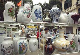 Hàng gốm sứ Trung Quốc tại một cửa hàng tại Hà Nội, ảnh minh họa.