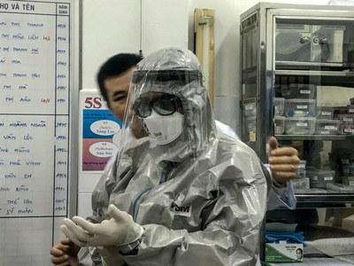 Hình minh họa. Thứ trưởng Y tế Nguyễn Trường Sơn mặc đồ bảo hộ vào khu vực cách ly bệnh viện Chợ Rẫy, thành phố Hồ Chí Minh hôm 23/1/2020