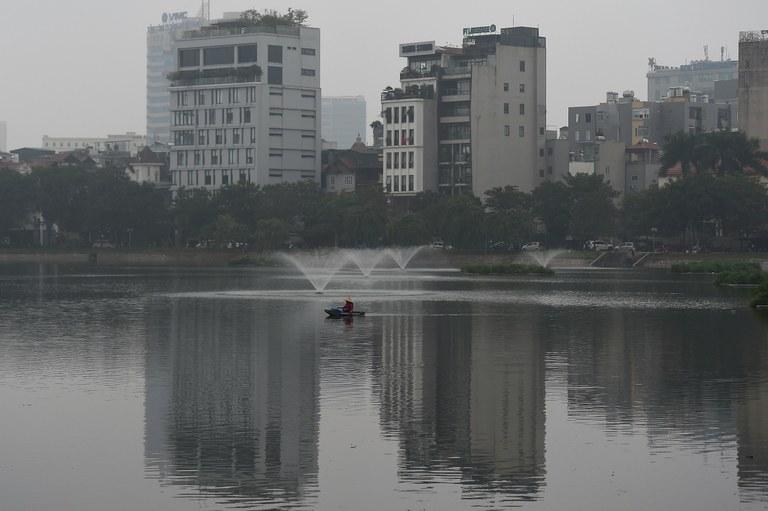 Người dân chèo thuyền câu cá trên một hồ ở Hà Nội.