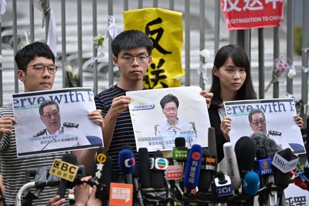 Ba thủ lĩnh trẻ Hong Kong: La Quán Thông (trái), Hoàng Chi Phong (giữa) và Chu Đình (phải) ngày 18/6/2019