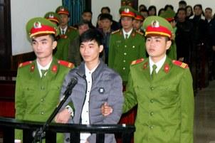 Nhà báo tự do Nguyễn Văn Hoá tại tòa án Hà Tĩnh hôm 27/11/2017.