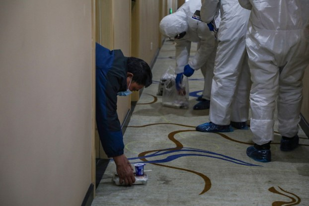 Nhân viên y tế Trung Quốc ở Vũ Hán để hộp thức ăn cho bệnh nhân trên sàn nhằm tránh lây nhiễm. Hình chụp ngày 3/2/2020