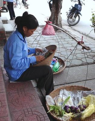 Hình minh họa. Một phụ nữ bán hàng rong trên đường phố Hà Nội hôm 17/5/2011