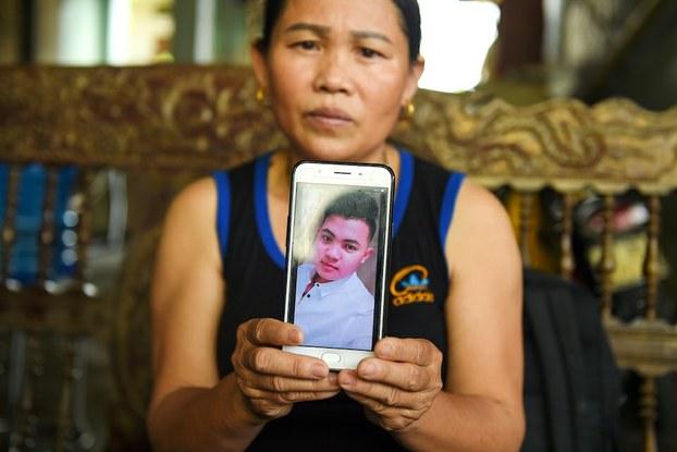 Hình minh hoạ. Bà Hoàng Thị Ái cầm bức hình con trai Hoàng Văn Tiếp (18 tuổi) bị nghi là nằm trong số 39 nạn nhân chết ở Anh