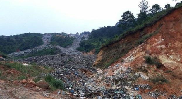 Bãi rác Cam Ly vỡ đổ xuống phía dưới