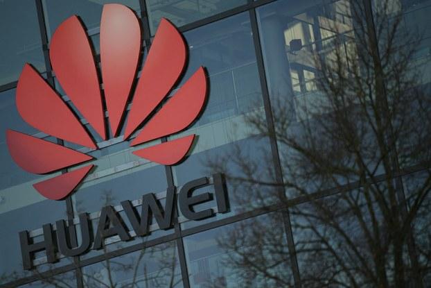 Hình minh hoạ. Logo của tập đoàn Huawei của Trung Quốc tại văn phòng ở Anh hôm 28/1/2020