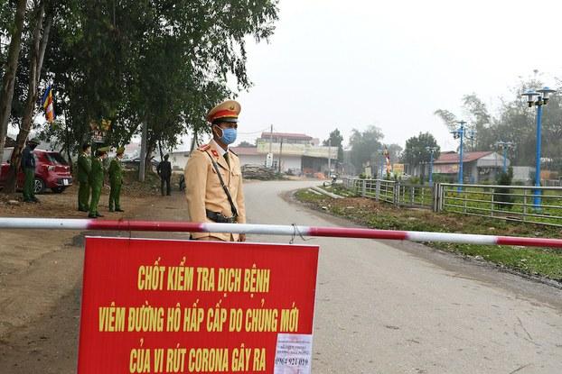 Hình minh hoạ. Công an đứng canh tại một điểm kiểm soát ngoiaf xã Sơn Lôi, tỉnh Vĩnh Phúc hôm 13/2/2020