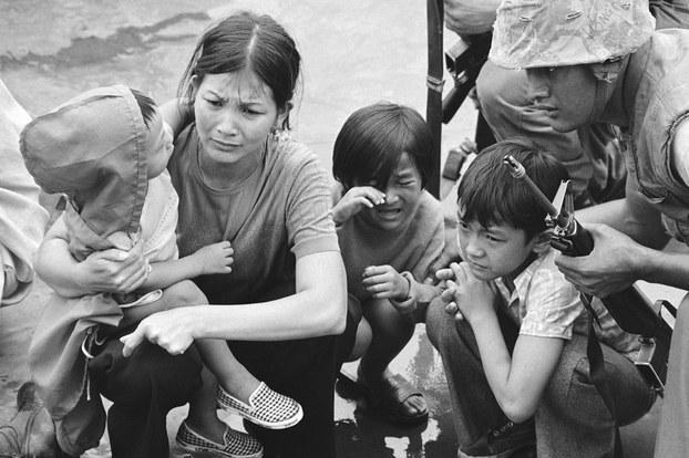 Hình minh họa. Hình chụp hôm 29/4/1975: người mẹ và 3 con trên một con tàu rời khỏi Sài Gòn