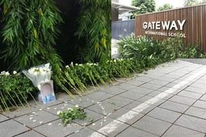 Hình minh họa. Những bó hoa và hình ảnh em bé bị tử vong ở trường Gateway