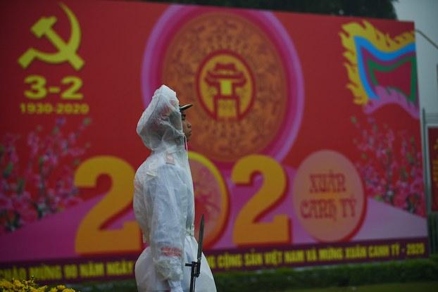 Hình minh hoạ. Viên công an đứng canh trước tấm áp phích kỷ niệm 90 năm ngày thành lập Đảng Cộng sản Việt Nam ở Hà Nội hôm 3/2/2020
