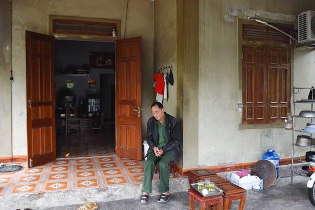 Hình minh họa. Ông Bùi Phan Chính, cha của Bùi Phan Thắng ở Hà Tĩnh, một trong những người nghi ngờ nằm trong số 39 nạn nhân trên xe container vào Anh hôm 23/10/2019. HÌnh chụp hôm 29/10/2019