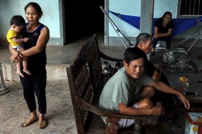 Hình minh họa. Bà Hoàng Thị Ái, ông Hoàng Văn Lanh cùng chị gái của nạn nhân Hoàng Văn Tiếp ở Diễn Châu, Nghệ An hôm 28/10/2019
