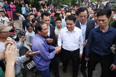 Hình minh hoạ. Ông Nguyễn Đức Chung về gặp người dân xã Đồng Tâm hôm 22/4/2017