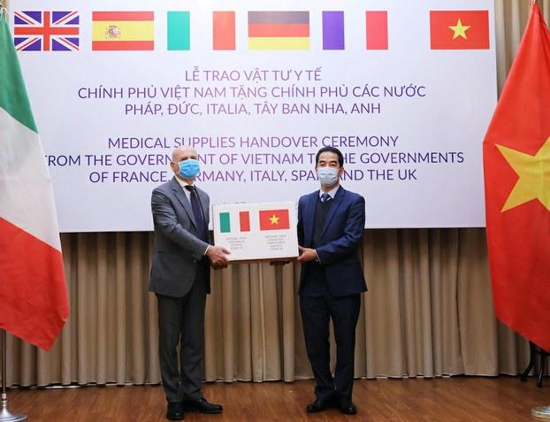 Hình minh hoạ. Thứ trưởng Ngoại giao Việt Nam Tô Anh Dũng trao tượng trưng thùng khẩu trang cho Đại sứ Ý tại Việt Nam ông Antonio Alessandro trong một buổi lễ trao tặng hàng y tế cho các nước Pháp, Đức, Ý, Tây Ban Nha và Anh ở Hà Nội hôm 7/4/2020