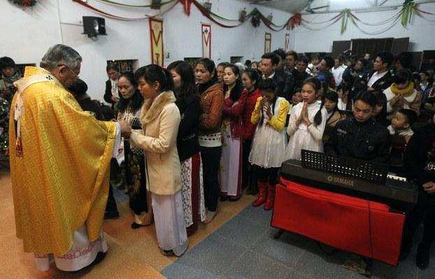 Hình minh hoạ. Tổng giám mục Nguyễn Văn Nhơn (trái) làm lễ ở nhà thờ nhân lễ Giáng sinh, ngoại thành Hà Nội hôm 24/12/2013