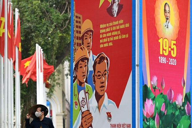 Hình minh hoạ. Người dân đi qua tấm biển kỷ niệm 130 năm ngày sinh Hồ Chí Minh trên đường phố Hà Nội hôm 19/5/2020