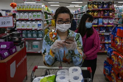 Hình minh họa. Người dân mua hàng ở một siêu thị tại Hà Nội giữa lúc có những lo ngại về dịch bệnh COVID - 19 hôm 7/3/2020