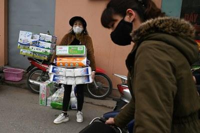 Hình minh hoạ. Một phụ nữ mua một loạt giấy vệ sinh vào khi có những lo ngại dịch bệnh COVID - 19 lây lan ở Hà Nội hôm 7/3/2020