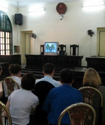 Các nhà ngoại giao ở Hà Nội ngồi xem màn hình buổi xét xử nhà hoạt động Phạm Văn Trội hôm 8/10/2009