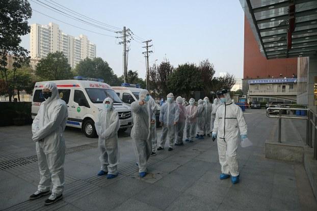 Hình minh hoạ. Bệnh nhân bị nhiễm COVID - 19 đã bình phục xếp hàng chờ xét nghiệm lại tại thành phố Vũ Hán, Trung Quốc hôm 14/3/2020