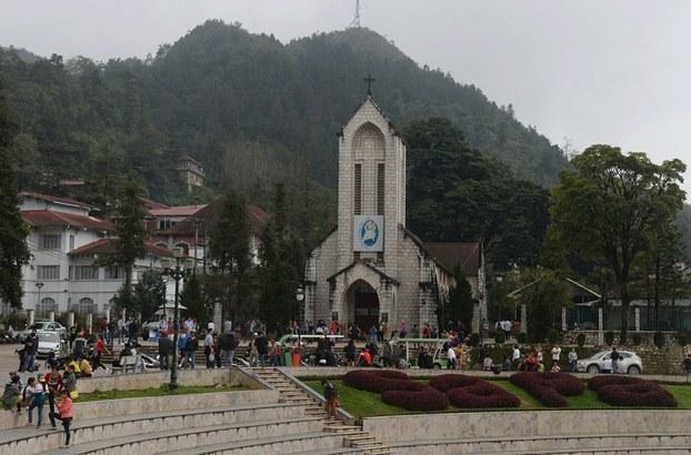 Hình minh họa. Hình chụp hôm 1/10/2016: người đi qua nhà thờ ở trung tâm thị trấn Sapa