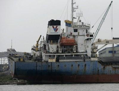 Hình minh họa. Hình chụp hôm 28/2/2013 cho thấy một tàu cũ của công ty Vinashin ở xưởng đóng tàu Nam Triệu, Hải Phòng.