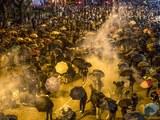 Hình minh họa. Người biểu tình Hong Kong phản ứng trước hơi cay từ cnahr sát ở đại học Bách Khoa hôm 18/11/2019
