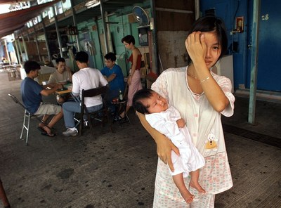 Hình minh họa. Một phụ nữ và con nhỏ tại trại tị nạn ở Hong Kong hôm 24/5/2000
