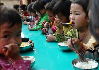 Trẻ em dân tộc H'mông ăn trưa miễn phí tại một trường mầm non tại một tỉnh miền núi phía Bắc hôm 3/4/2015