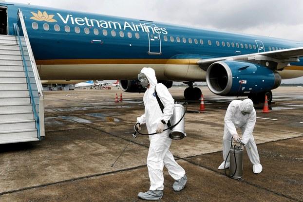 Hình minh họa. Khử trùng máy bay của Vietnam Airlines ở sân bay Nội Bài, Hà Nội hôm 3/3/2020