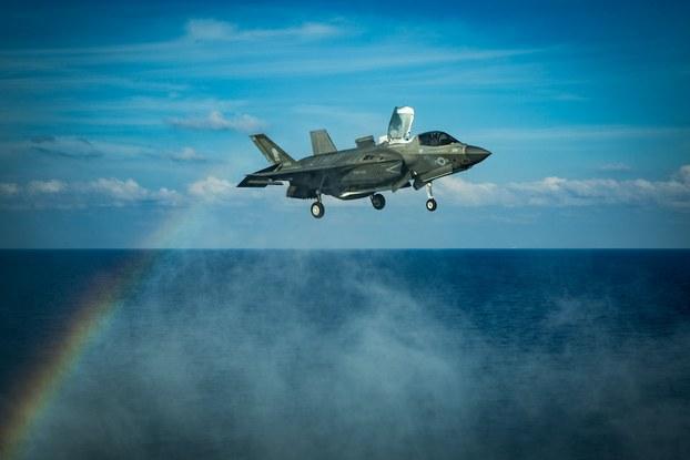 Hình minh hoạ. Máy bay F-35B của Mỹ đậu xuống tàu chiến USS America của Hải quân Mỹ ở Biển Đông hôm 18/4/2020