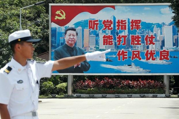 Hình minh hoạ. Áp phích với hình ảnh Chủ tịch Tập Cận Bình tại một căn cứ hải quân ở Hong Kong hôm 30/6/2019