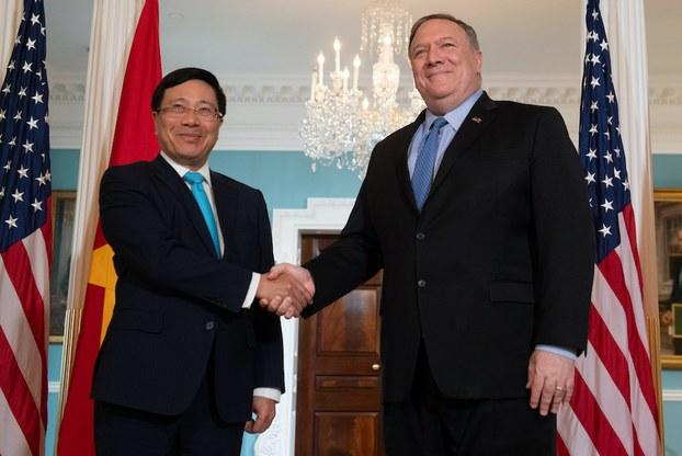 Hình minh họa. Ngoại trưởng Hoa Kỳ Mike Pompeo bắt tay Phó Thủ tướng Phạm Bình Minh trước cuộc gặp tại Washington DC hôm 22/5/2019
