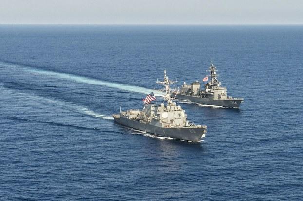 Hình minh hoạ. Tàu chiến USS Mustin của Mỹ đi cùng với tàu chiến JS Kirisame của Nhật Bản trong một diễn tập ở Biển Đông hôm 21/4/2015
