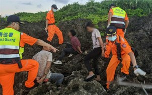 Các nhân viên bảo vệ bờ biển Đài Loan bắt giữ những người Việt Nam trốn theo tàu ở Kenting, Pingtung County.