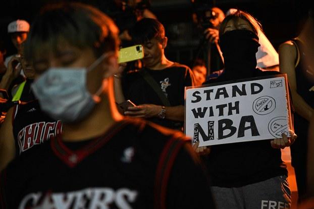 Hình minh họa. Những người biểu tình ở Hong Kong hôm 15/10/2019 cầm biểu ngữ ủng hộ người quản lý đội bóng Houston Rockets thuộc NBA vì đã lên tiếng vì phong trào dân chủ Hong Kong