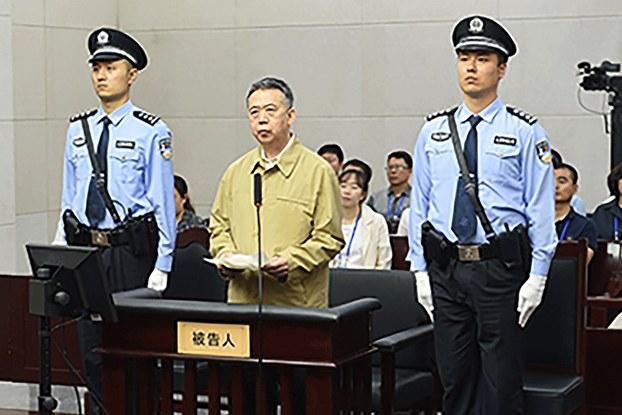 Hình chụp hôm 20/6/2019 và được Tòa Trung cấp số 1 ở Thiên Tân công bố: ông Mạnh Hoằng Vĩ (giữa) trong một phiên tòa wor thành phố  Thiên Tân
