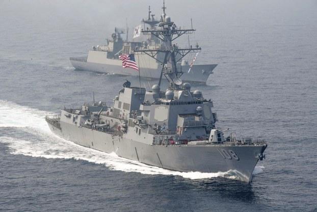 Hình minh họa. Khu trục hạm USS Wayne E. Meyer của Hải quân Hoa Kỳ đi cùng tàu chiến Wang Geon của Hải quân Nam Hàn trong một cuộc tập trận chung ở Thái Bình Dương hồi tháng 4/2017