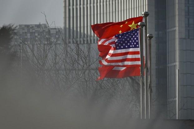Ảnh minh họa: Cờ Trung Quốc và Hoa Kỳ phía trước một tòa nhà văn phòng ở Bắc Kinh.
