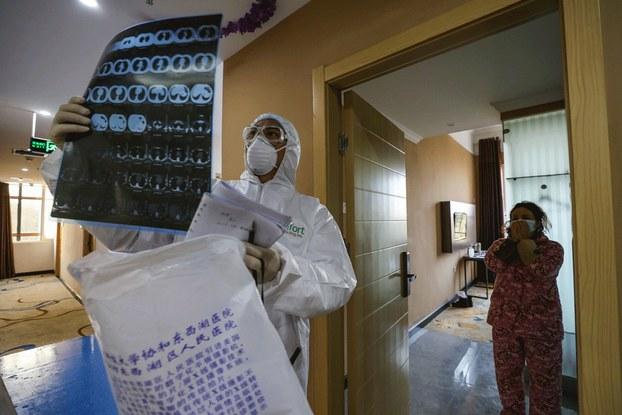 Hình minh họa. Hình c hụp hôm 3/2/2020: bác sĩ đang xem hình chụp CT scan trong khu cách ly ở bệnh viện tịa Vũ Hán.