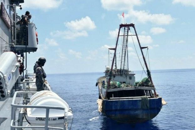 Một tàu cá Trung Quốc bị phía Indonesia tiếp cận hồi năm 2016